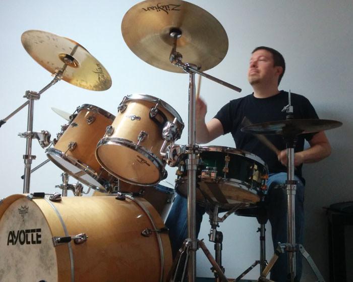 Nicolas Sarrasin qui joue de la batterie